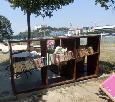 Samoobslužná knižnica na letnej pláži na Tyršovom nábreží.