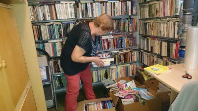 Dobrovoľníci v knižnici
